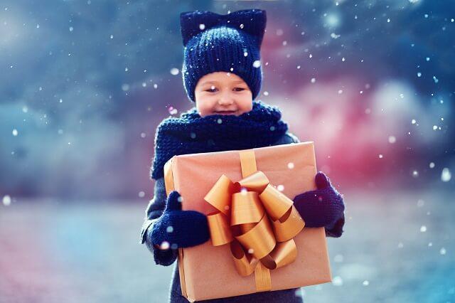 Dziewczynj a dużym prezentem