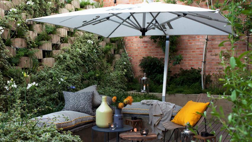 parasol i kącik wyppczynkowy w pięknym ogrodzie