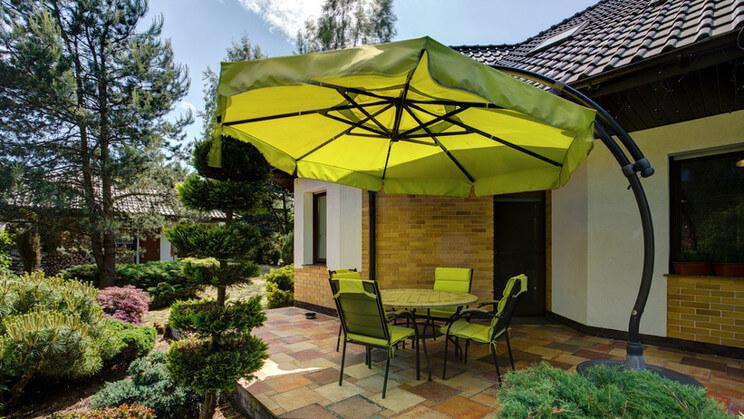 Zielony parasol ogrodowy