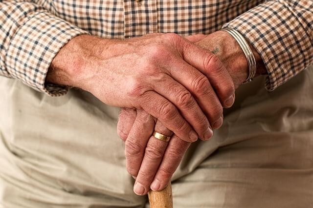 Dłonie straszej osoby