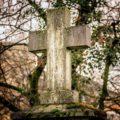 Wielki stary krzyż nagrobny