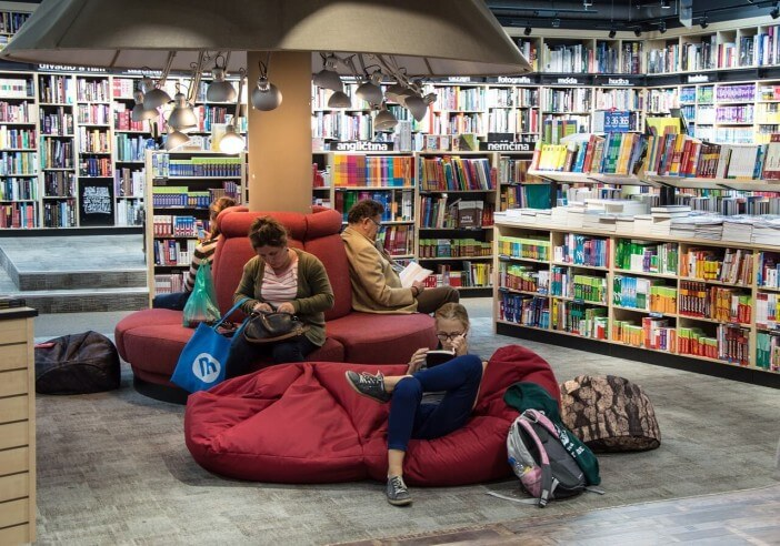 ludzie czytający książki