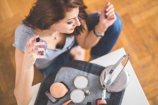 kobieta używająca perfum
