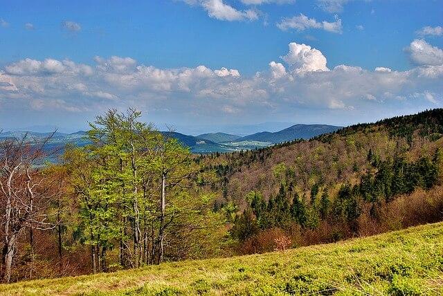 Beskidy, widok z boku wzgórza