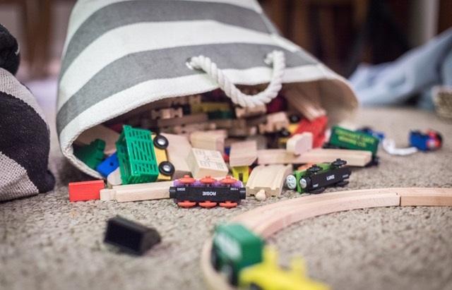 Zabawki wysypująe się z torebki