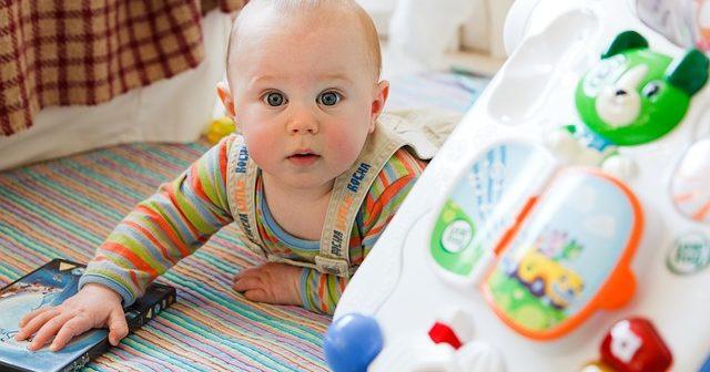 Dziecko bawiące się zabawkami