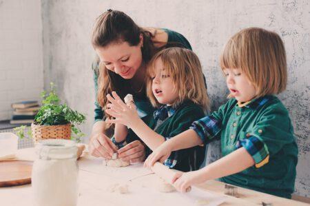 Niania bawi się z dziećmi