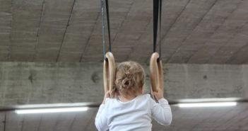 dziewczynka ćwiczy na kółkach gimnastycznych