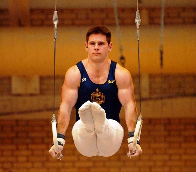 mężczyzna ćwiczy na kółkach gimnastycznych