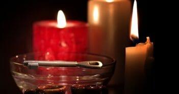 świece i miska z woskiem