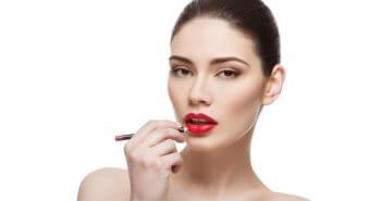 Kobieta maluje usta