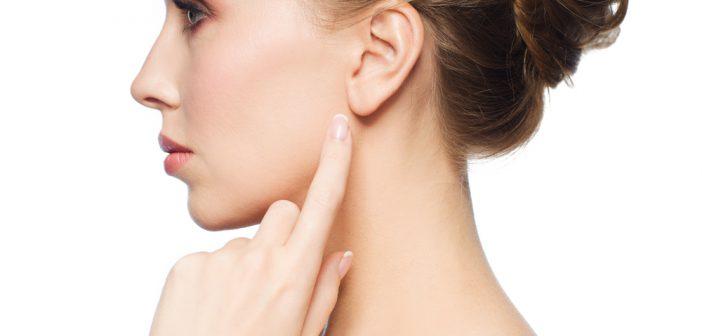 Kobieta pokazująca na ucho
