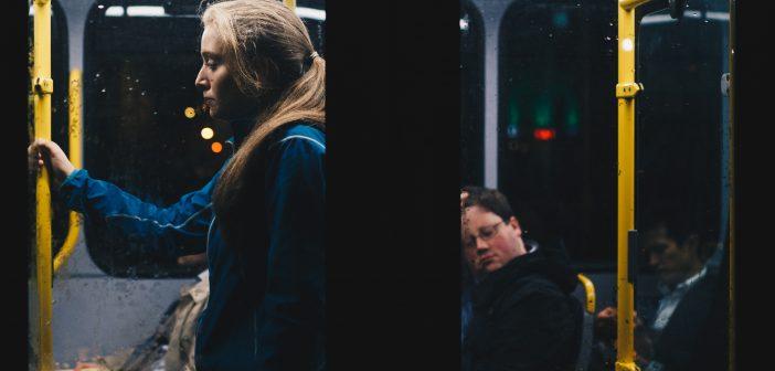 Dziewczyna jadąca autobusem