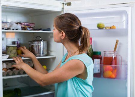 Kobieta przeglądająca żywność