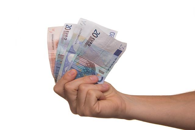 pieniądze w dłoni