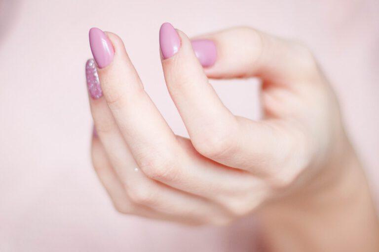 Dłoń, pomalowane paznokcie