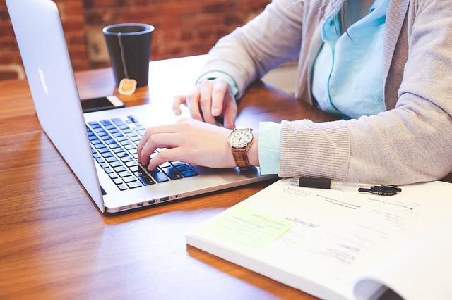 praca przy laptopie