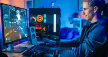 Chłopak grający na komputerze