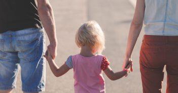 dziecko na spacerze z rodzicami