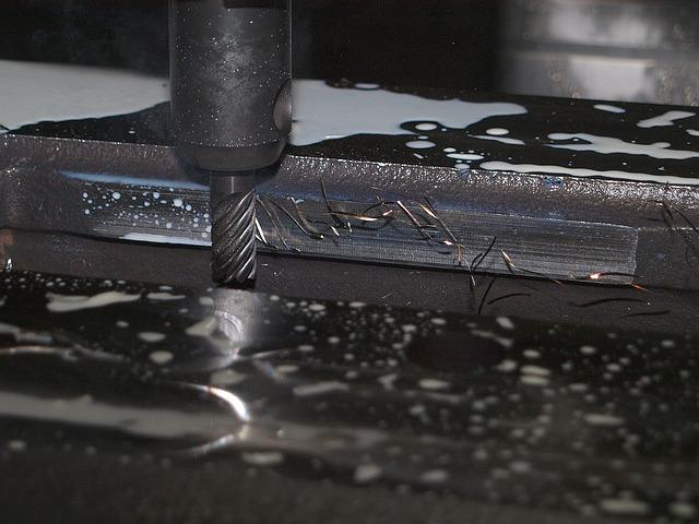 Maszyna frezująca podczas pracy