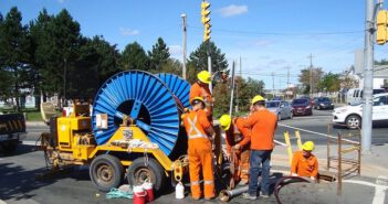 Ekipa budowlana podczasy pracy kanalizacyjnej