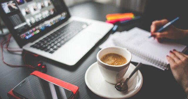 Kawa i laptop na biurku