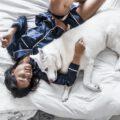 Kobieta w piżamie leżąca w łóżku
