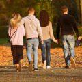 Grupka znajomych w parku