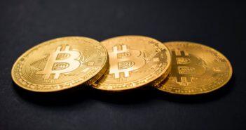Trzy złote monety bitcoin
