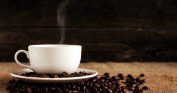 Biała filiżanka z kawą