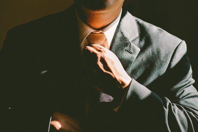 mężczyzna poprawiający krawat