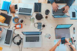 Laptopy na stole