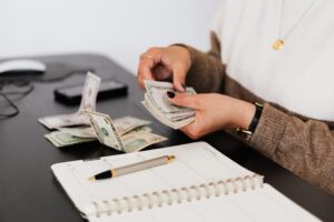 kobieta przeliczająca pieniądze